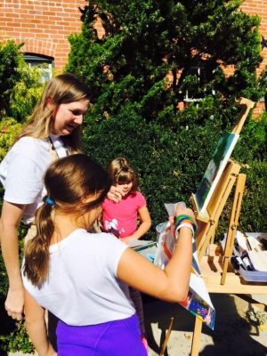 Jaree Donnelly guides students en plein air.