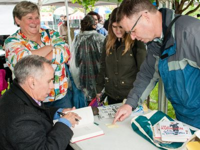 Author and baseball analyst Tim Kurkjian signed his latest book at the 2016 festival.